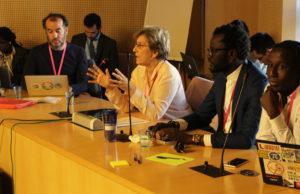 La sénatrice (PS) de Paris Marie-Noelle Lienemann, Cheikh Ball et Baki, blogueurs du site sénégalais Africtivistes